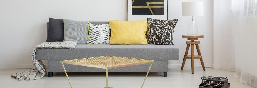Żółte dodatki do salonu, które ożywią wnętrze
