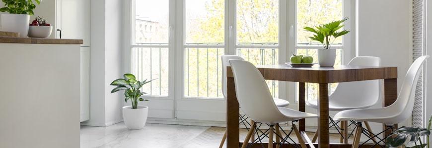 Proste i efektowne pomysły aranżacyjne na okna bez firanek