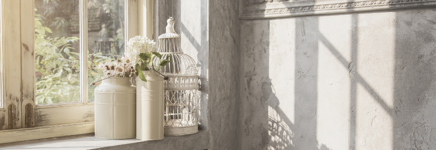 Dekoracja parapetu - co postawić pod oknem w salonie i kuchni?