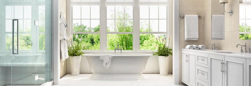 Czym zasłonić okno łazienkowe?