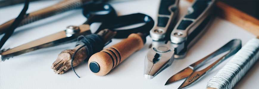 Jak zamontować karnisz metalowy